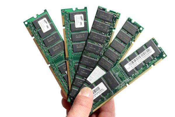 Планки оперативной памяти держат в руке